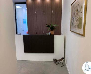 עמדת קבלה של לקוח מרוצה מעסקת תיווך במגדל WE תל אביב