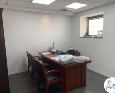 חדר עם שולחן של משרד להשכרה במגדלי שקל תל אביב