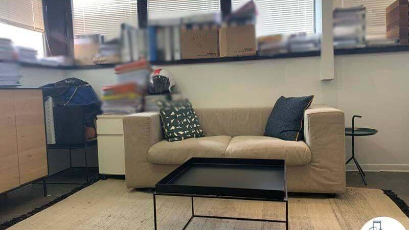 פינת ישיבה של משרד להשכרה במגדלי שקל תל אביב