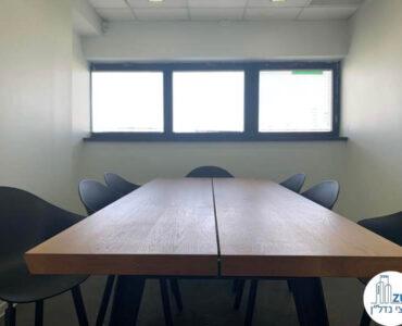 שולחן ישיבות של משרד להשכרה במגדלי שקל תל אביב