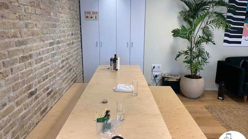פינת ישיבה של משרד להשכרה במגדל WE תל אביב