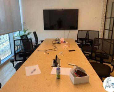 שולחן ישיבות של משרד להשכרה במגדל WE תל אביב