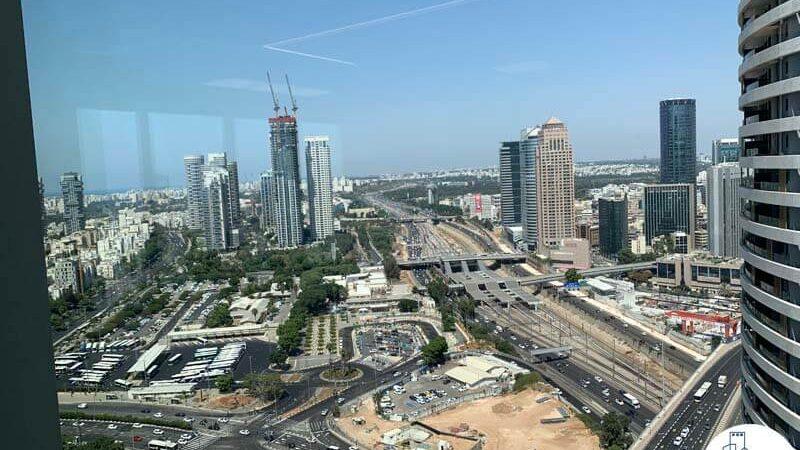 נוף מחלון של משרד להשכרה ברסיטל עם נוף לים בתל אביב