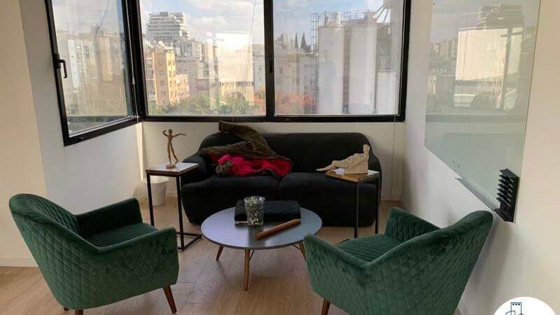 פינת ישיבה של משרד להשכרה בבית אגיש רבד תל אביב