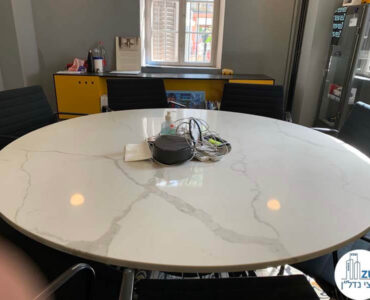 שולחן ישיבות של משרד להשכרה בטמפלרים בשרונה תל אביב