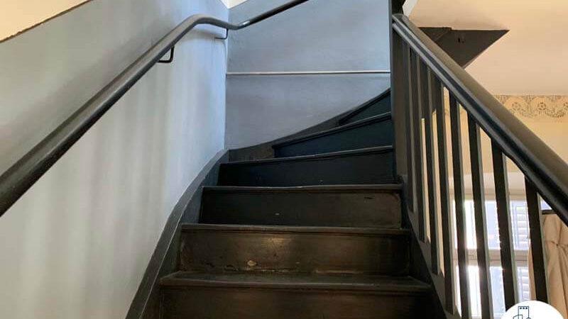 מדרגות של משרד להשכרה בטמפלרים בשרונה תל אביב