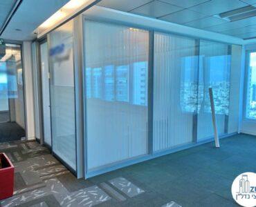 חדר עם מחיצות זכוכית של משרד להשכרה במגדל דיסקונט תל אביב