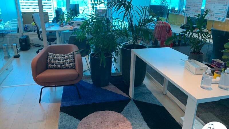 פינת ישיבה של משרד להשכרה במגדל דיסקונט תל אביב