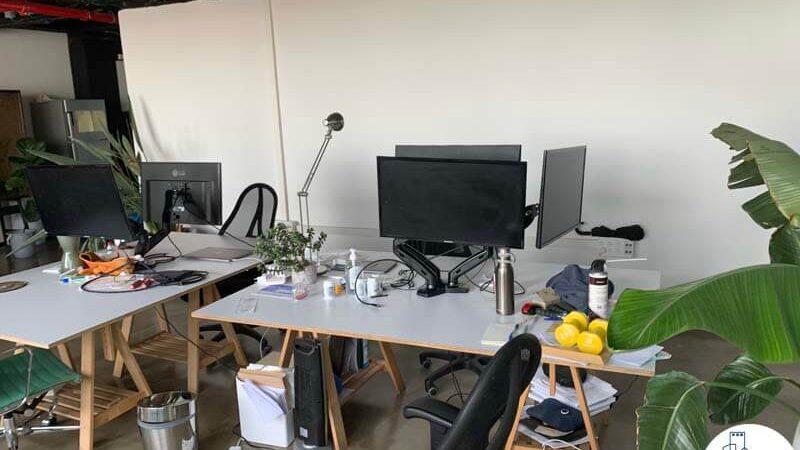 פינת עבודה של משרד להשכרה במגדל כלבו שלום תל אביב
