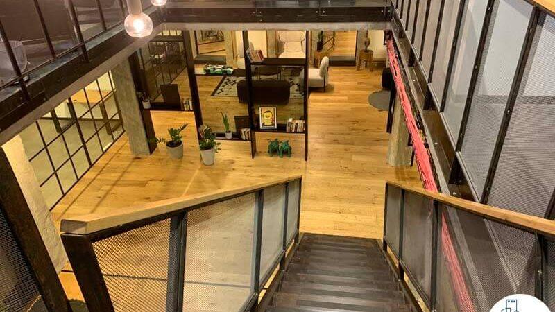 גרם מדרגות של משרד להשכרה ברחוב שונצינו שכונת מונטיפיורי