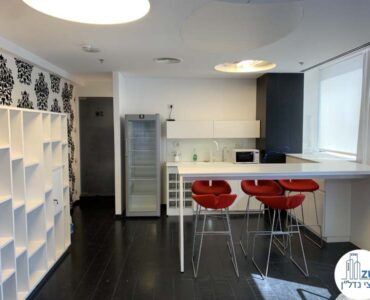 פינת אוכל של משרד להשכרה עם מרפסת בשדרות רוטשילד תל אביב