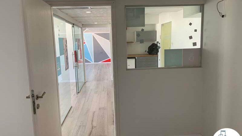 כניסה לחדר של משרד להשכרה במתחם יד חרותים תל אביב
