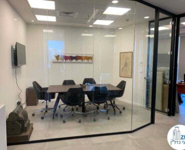 חדר ישיבות של לקוח מרוצה מעסקת תיווך במגדל WE תל אביב