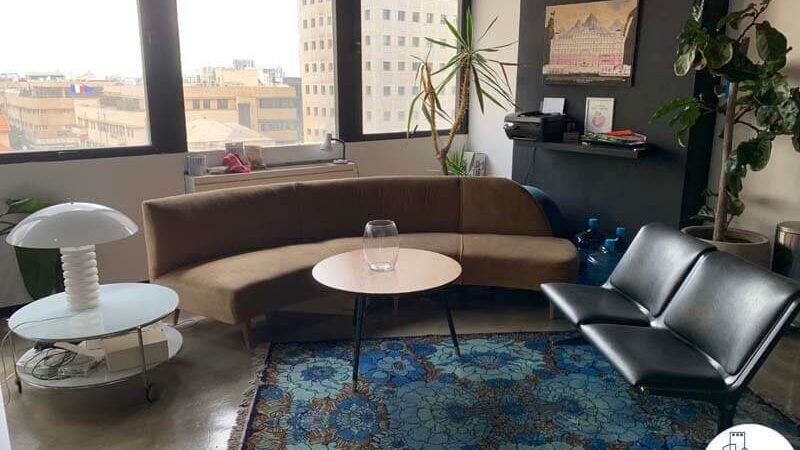 פינת ישיבה של משרד להשכרה במגדל כלבו שלום תל אביב