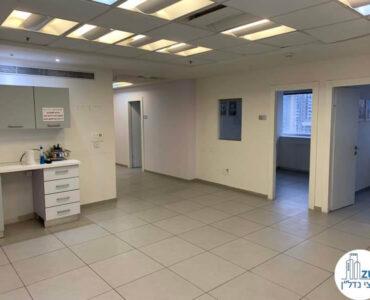 פינת כניסה של משרד להשכרה במגדל אמות ביטוח תל אביב
