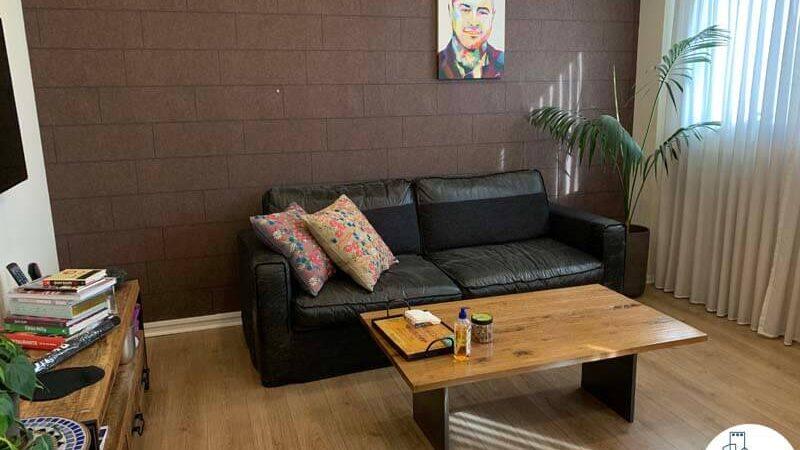 פינת ישיבה של משרד להשכרה בציר יגאל אלון תל אביב