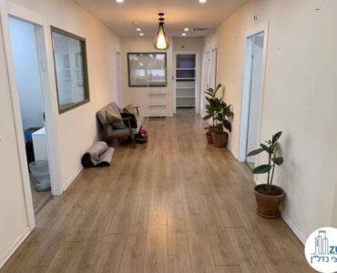 כניסה לחדרים של משרד להשכרה בציר יגאל אלון תל אביב