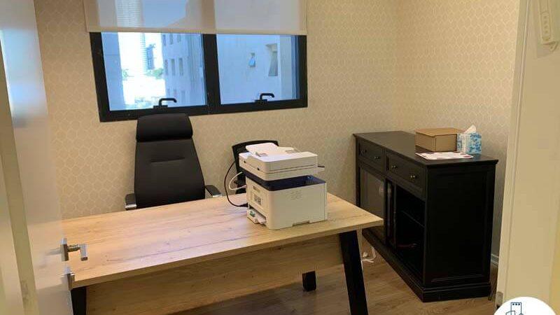 חדר עם שולחן של משרד להשכרה בציר יגאל אלון תל אביב