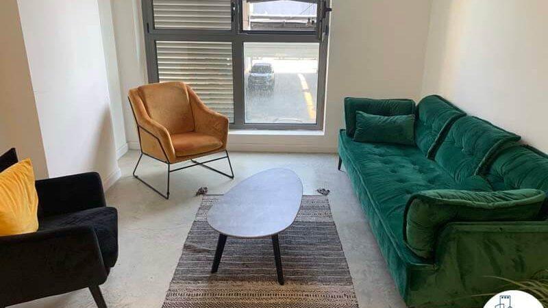 פינת ישיבה של משרד להשכרה בשכונת מונטיפיורי תל אביב