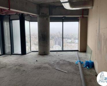 מעטפת במשרד של לקוחות מרוצים מעסקת מכירה במגדל רסיטל תל אביב