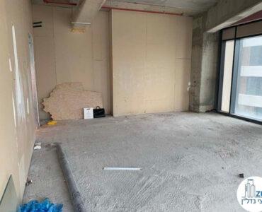 מטעפת במשרד של לקוחות מרוצים מעסקת מכירה במגדל רסיטל תל אביב