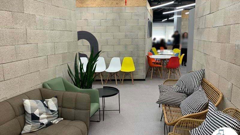 פינת ישיבה של משרד להשכרה במתחם שרונה תל אביב