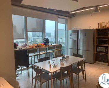 פינת אוכל של משרד להשכרה במגדל WE תל אביב