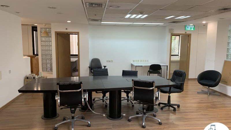 שולחן ישיבות גדול של משרד להשכרה בבית אגיש רבד תל אביב