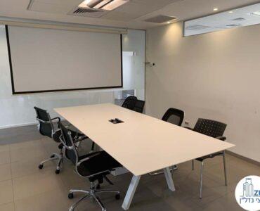 שולחן ישיבות של משרד להשכרה בבית אגיש רבד תל אביב