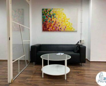 פינת ישיבה של משרד להשכרה במתחם שרונה במגדל פלטינום תל אביב