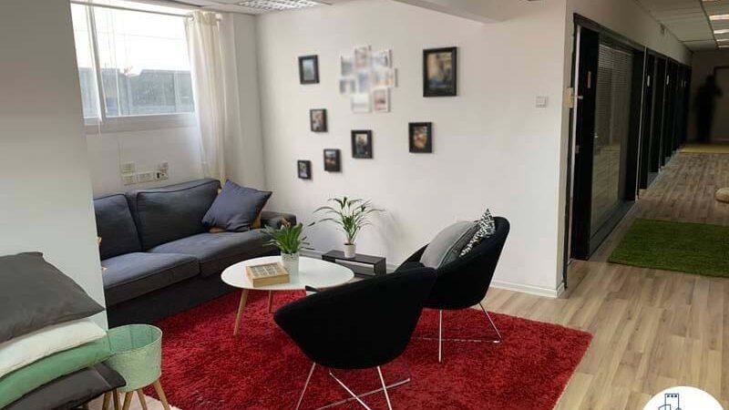 פינת כניסה של משרד להשכרה בתל אביב בציר יגאל אלון