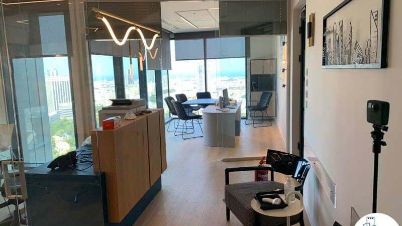 פינת כניסה של משרד להשכרה עם נוף לים במגדל רסיטל תל אביב